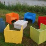 Gekleurde houten stoelen